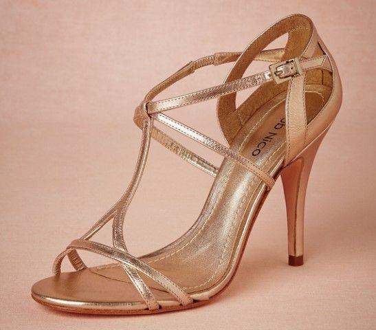A fémes színű menyasszonyi cipő. arany szandal 7ea37f0ddb