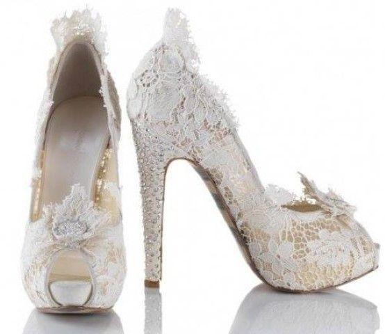 fa21b893f8 Már önmagában is rendkívül elegáns, nemhogy ha magas sarkakkal, szép  pántokkal, kövekkel van díszítve. Többféleképpen jelenhet meg a menyasszonyi  cipőn ez ...
