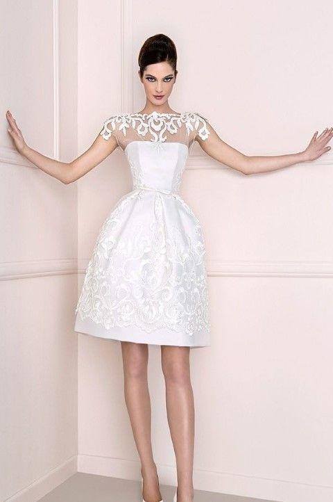 fehér csipke. A menyasszonyi ruhák jelentősége is óriásit változott az idő  múlásával. Míg régen nem kerítettek nagy feneket a dolognak 2c3094e4e5